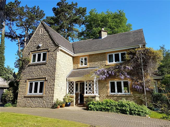 Asking Price £675,000, 4 Bedroom Detached House For Sale in Brimscombe, GL5