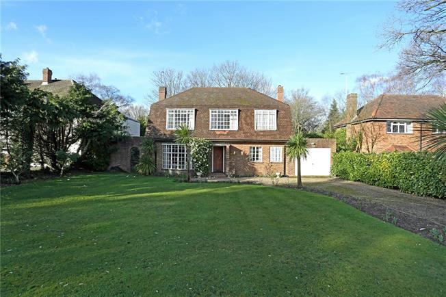 Asking Price £950,000, 3 Bedroom Detached House For Sale in Hersham, KT12