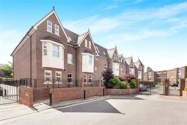 Offers in excess of £475,000, 2 Bedroom Flat For Sale in Weybridge, KT13