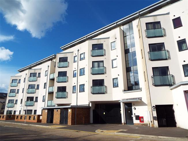 Asking Price £215,000, 1 Bedroom Flat For Sale in Addlestone, KT15