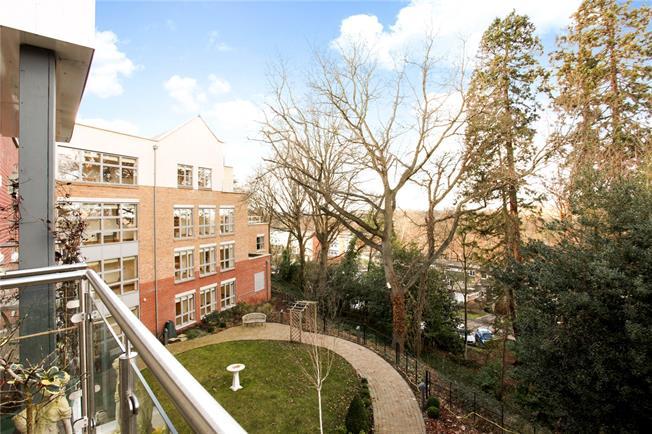 Guide Price £495,000, 2 Bedroom Flat For Sale in Weybridge, KT13