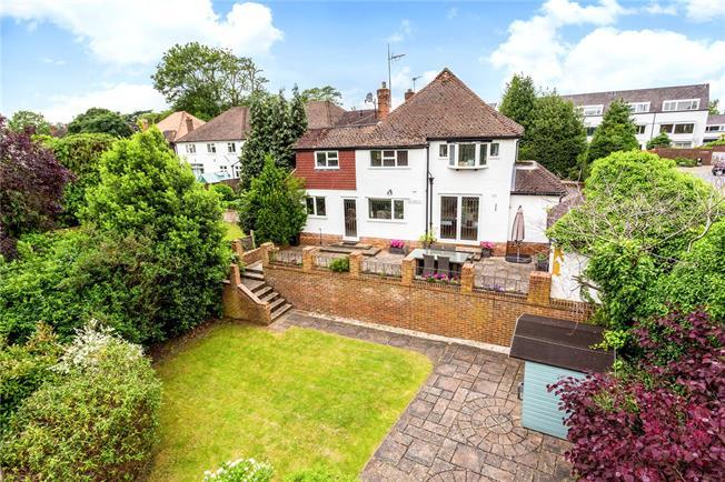 Guide Price £1,100,000, 4 Bedroom Detached House For Sale in Weybridge, KT13