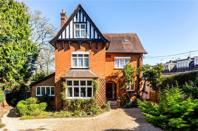 Guide Price £399,950, 2 Bedroom Flat For Sale in Surrey, KT12