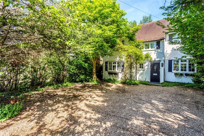 Guide Price £750,000, 3 Bedroom Detached House For Sale in Walton-on-Thames, Surrey, KT12