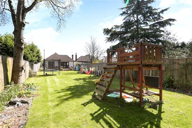 Asking Price £600,000, 3 Bedroom Bungalow For Sale in Shepperton, TW17