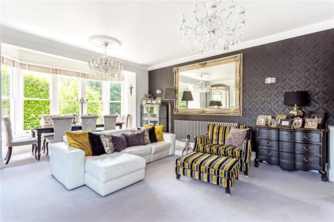 Guide Price £650,000, 3 Bedroom Flat For Sale in Shepperton, TW17