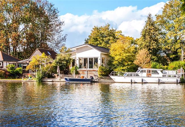 Guide Price £945,000, 3 Bedroom Detached House For Sale in Sunbury-on-Thames, TW16