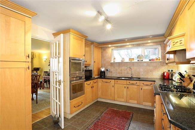 Asking Price £625,000, 3 Bedroom Flat For Sale in Weybridge, KT13