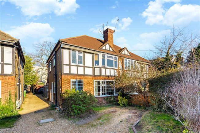 Asking Price £325,000, 2 Bedroom Flat For Sale in Weybridge, KT13