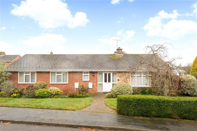 Guide Price £850,000, 3 Bedroom Bungalow For Sale in Weybridge, KT13