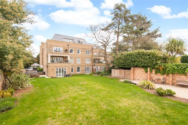 Asking Price £800,000, 3 Bedroom Flat For Sale in Weybridge, KT13