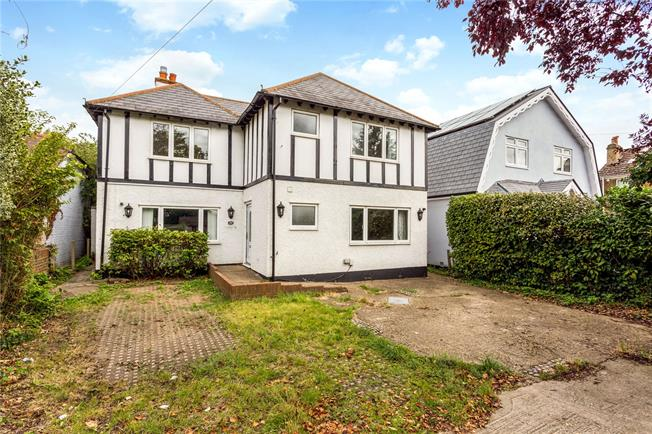 Guide Price £695,000, 4 Bedroom Detached House For Sale in Shepperton, TW17