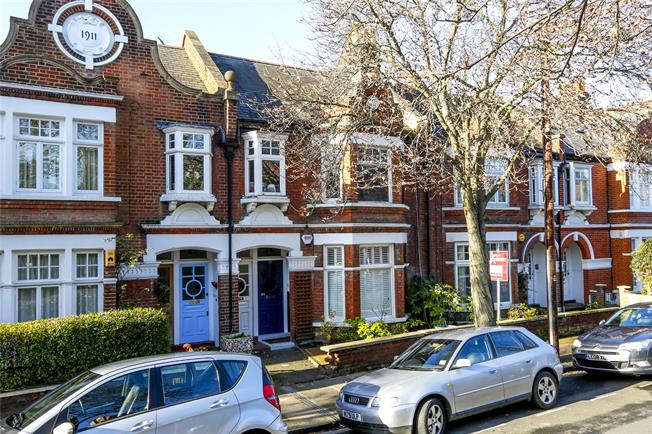 Guide Price £605,000, 3 Bedroom Flat For Sale in Mortlake, SW14