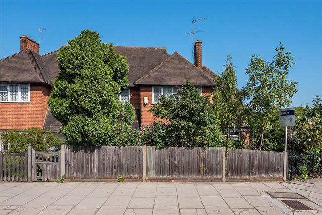 Guide Price £1,175,000, 5 Bedroom Semi Detached House For Sale in Richmond, TW10
