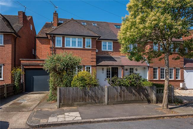 Guide Price £1,385,000, 5 Bedroom House For Sale in Richmond, TW10