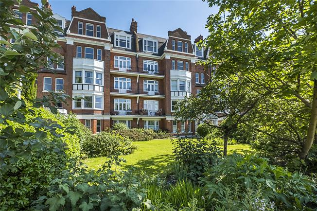 Guide Price £795,000, 3 Bedroom Flat For Sale in London, SW13