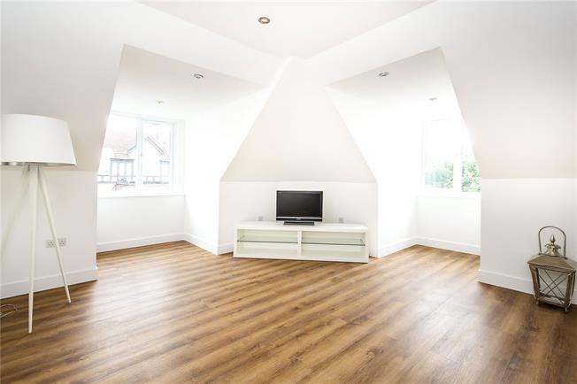 Guide Price £550,000, 2 Bedroom Flat For Sale in London, SW14