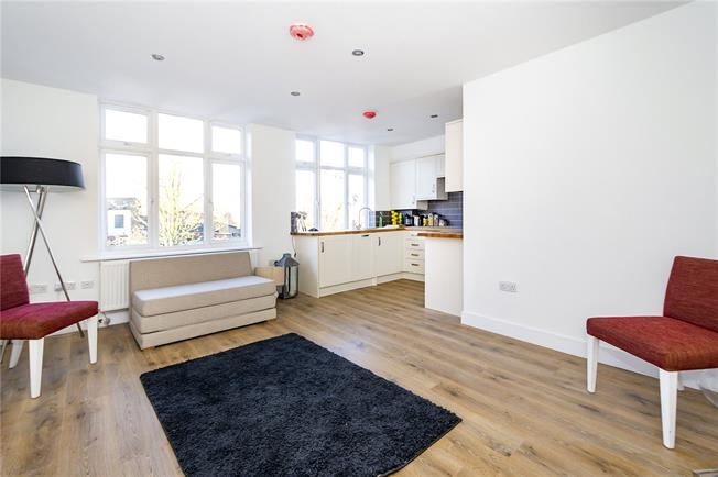 Guide Price £425,000, 2 Bedroom Flat For Sale in London, SW14