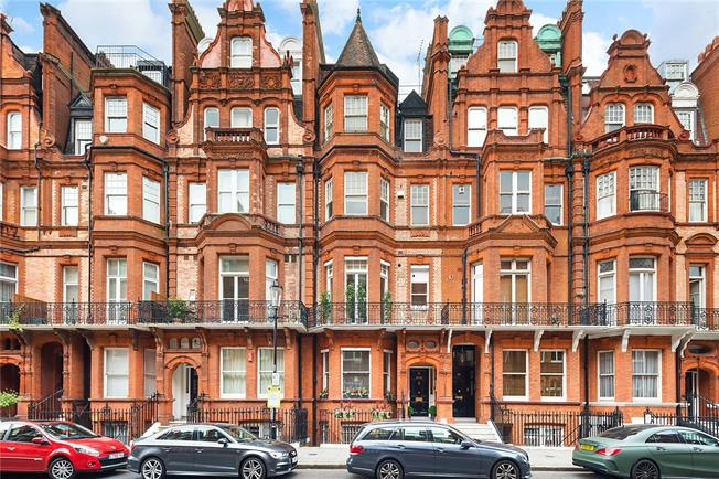 Asking Price £1,650,000, 2 Bedroom Flat For Sale in London, SW3