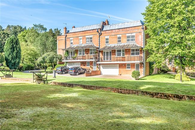 Guide Price £1,250,000, 4 Bedroom Semi Detached House For Sale in Sunninghill, SL5