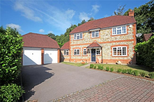 Guide Price £685,000, 4 Bedroom Detached House For Sale in Bagshot, GU19