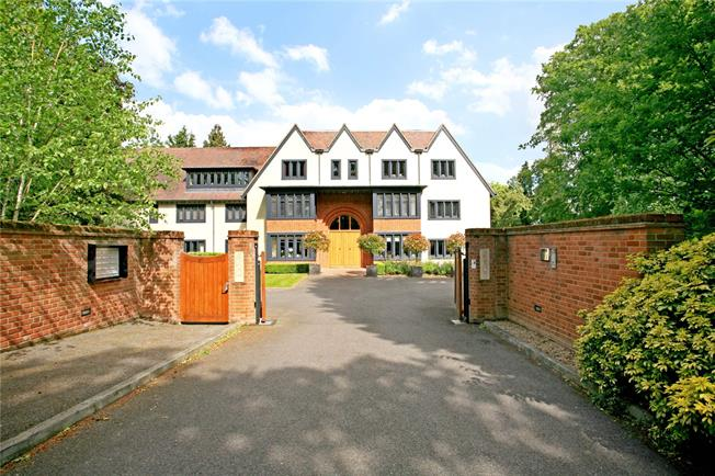 Guide Price £675,000, 2 Bedroom Flat For Sale in Ascot, SL5