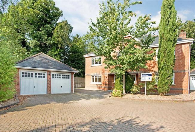 Guide Price £1,099,999, 5 Bedroom Detached House For Sale in Sunningdale, SL5