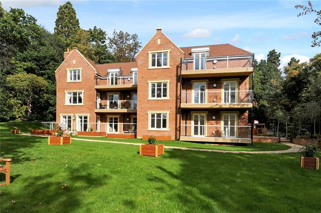 Guide Price £530,000, 2 Bedroom Flat For Sale in Ascot, Berkshire, SL5