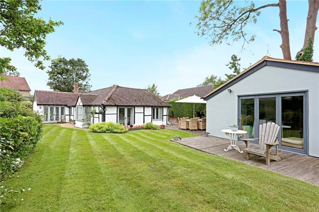 Guide Price £765,000, 3 Bedroom Bungalow For Sale in Chobham, GU24