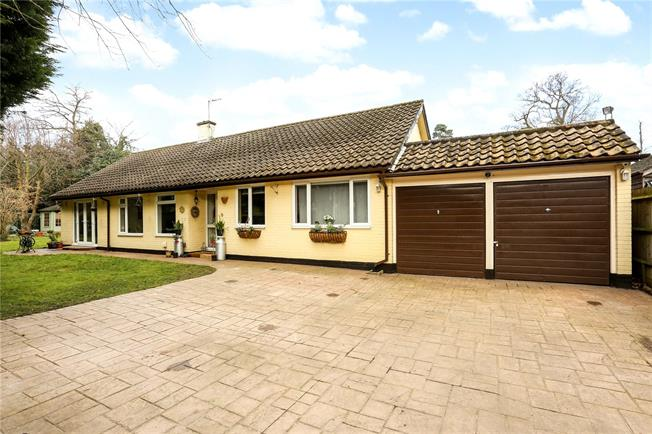 Guide Price £795,000, 3 Bedroom Bungalow For Sale in Berkshire, SL5