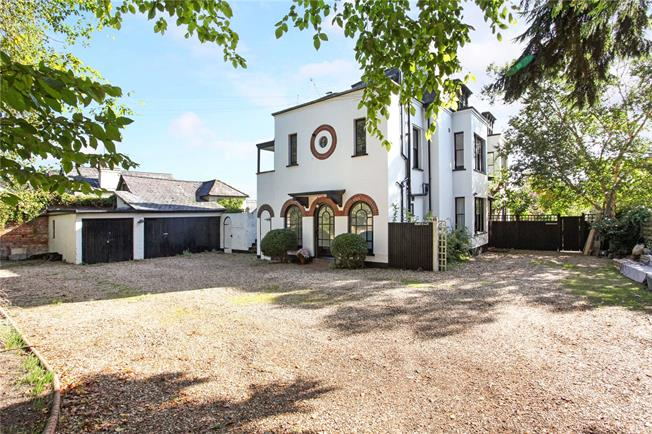 Guide Price £400,000, 2 Bedroom Flat For Sale in Sunningdale, Berkshire, SL5