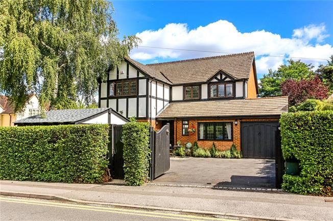 Asking Price £1,299,950, 4 Bedroom Detached House For Sale in Berkshire, SL5