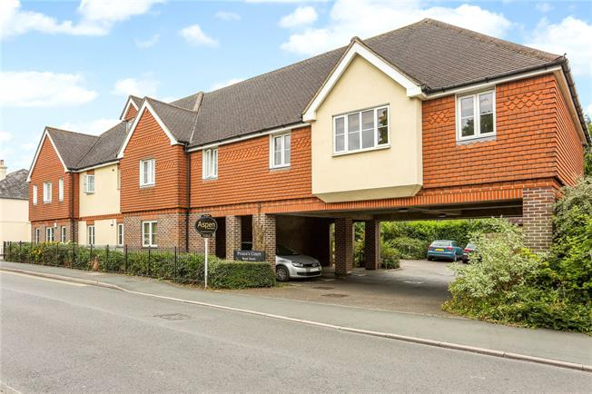 Guide Price £300,000, 2 Bedroom Flat For Sale in Englefield Green, TW20