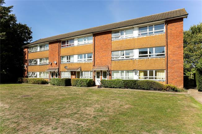 Guide Price £250,000, 2 Bedroom Flat For Sale in Egham, TW20