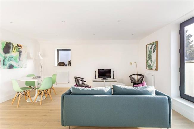 Asking Price £275,000, 1 Bedroom Flat For Sale in Egham, TW20
