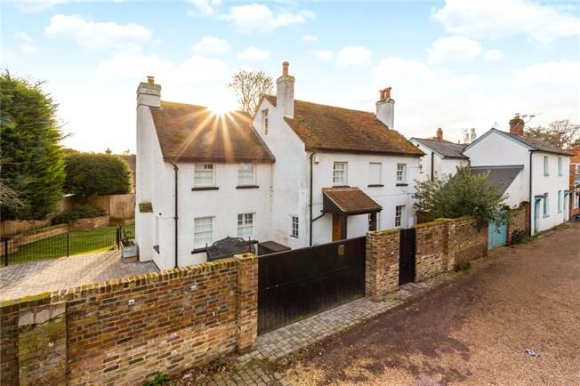 Guide Price £1,100,000, 4 Bedroom Detached House For Sale in Chobham, GU24