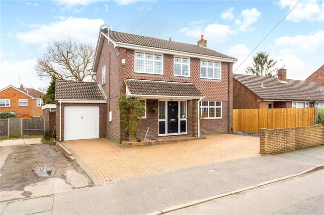 Guide Price £550,000, 3 Bedroom Detached House For Sale in Bisley, GU24