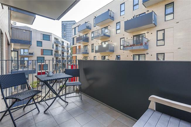 Asking Price £599,950, 2 Bedroom Flat For Sale in London, SE16