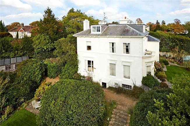 Guide Price £425,000, 2 Bedroom Flat For Sale in Tunbridge Wells, Kent, TN2
