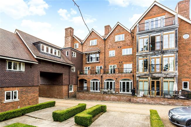 Asking Price £395,000, 2 Bedroom Flat For Sale in Tunbridge Wells, Kent, TN2