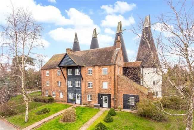 Asking Price £785,000, 4 Bedroom House For Sale in Lamberhurst, TN3