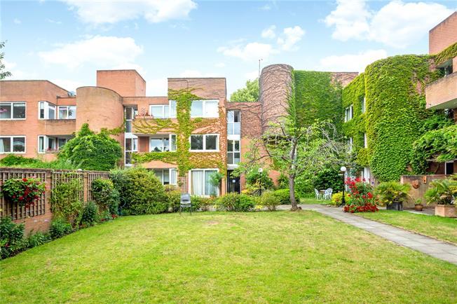Asking Price £500,000, 2 Bedroom Garage For Sale in London, SW20