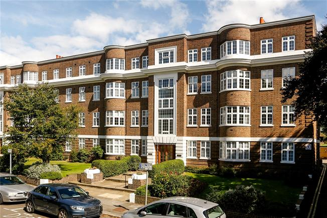 Guide Price £650,000, 3 Bedroom Flat For Sale in London, SW20