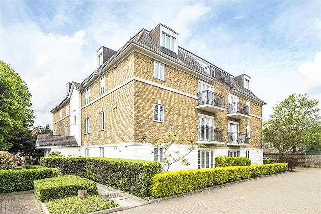 Guide Price £600,000, 2 Bedroom Flat For Sale in London, SW20