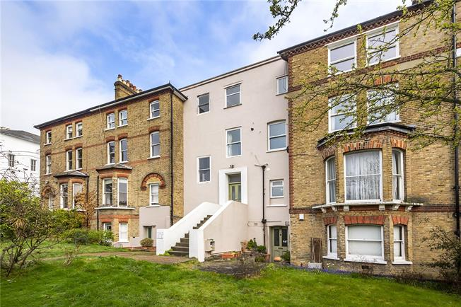 Guide Price £775,000, 3 Bedroom Flat For Sale in London, SW19