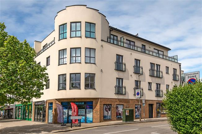 Guide Price £329,000, 1 Bedroom Flat For Sale in London, SW20