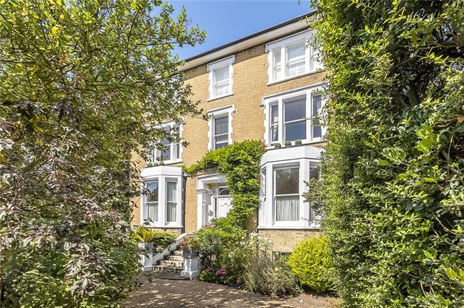 Guide Price £825,000, 2 Bedroom Flat For Sale in Wimbledon, SW19