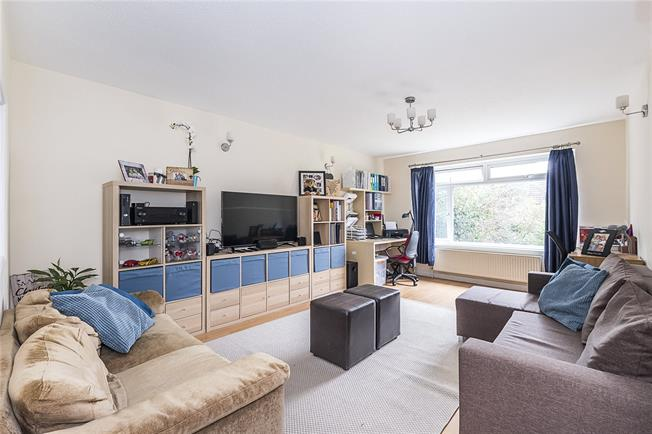 Guide Price £449,000, 2 Bedroom Flat For Sale in London, SW20
