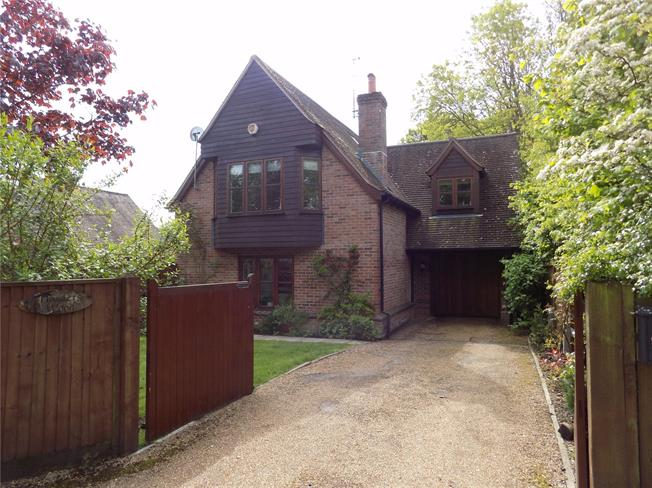 Guide Price £435,000, 3 Bedroom Detached House For Sale in Bishops Waltham, SO32