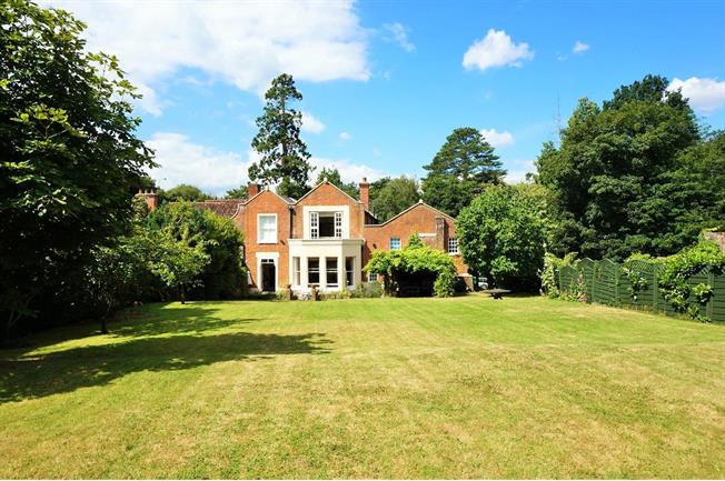 Guide Price £1,100,000, 5 Bedroom For Sale in Hampshire, SO30